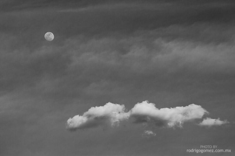 Nubes, Cielo y Luna - Blanco y Negro IV