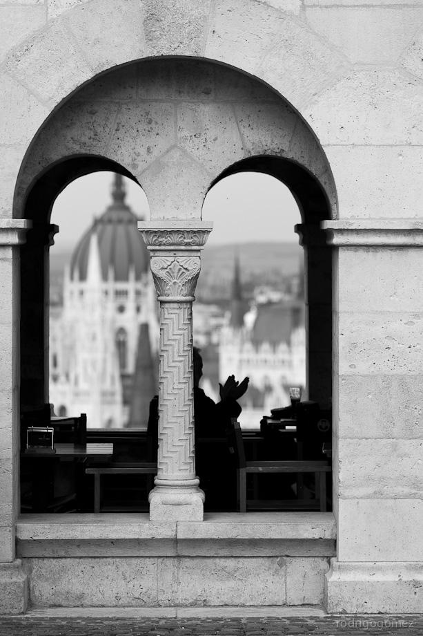 Arcos, persona y el Parlamento - Budapest - Hungraía
