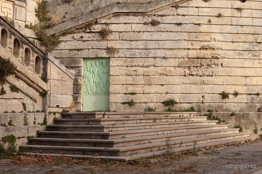 Escalones y puerta al atardecer - Montpellier, Francia